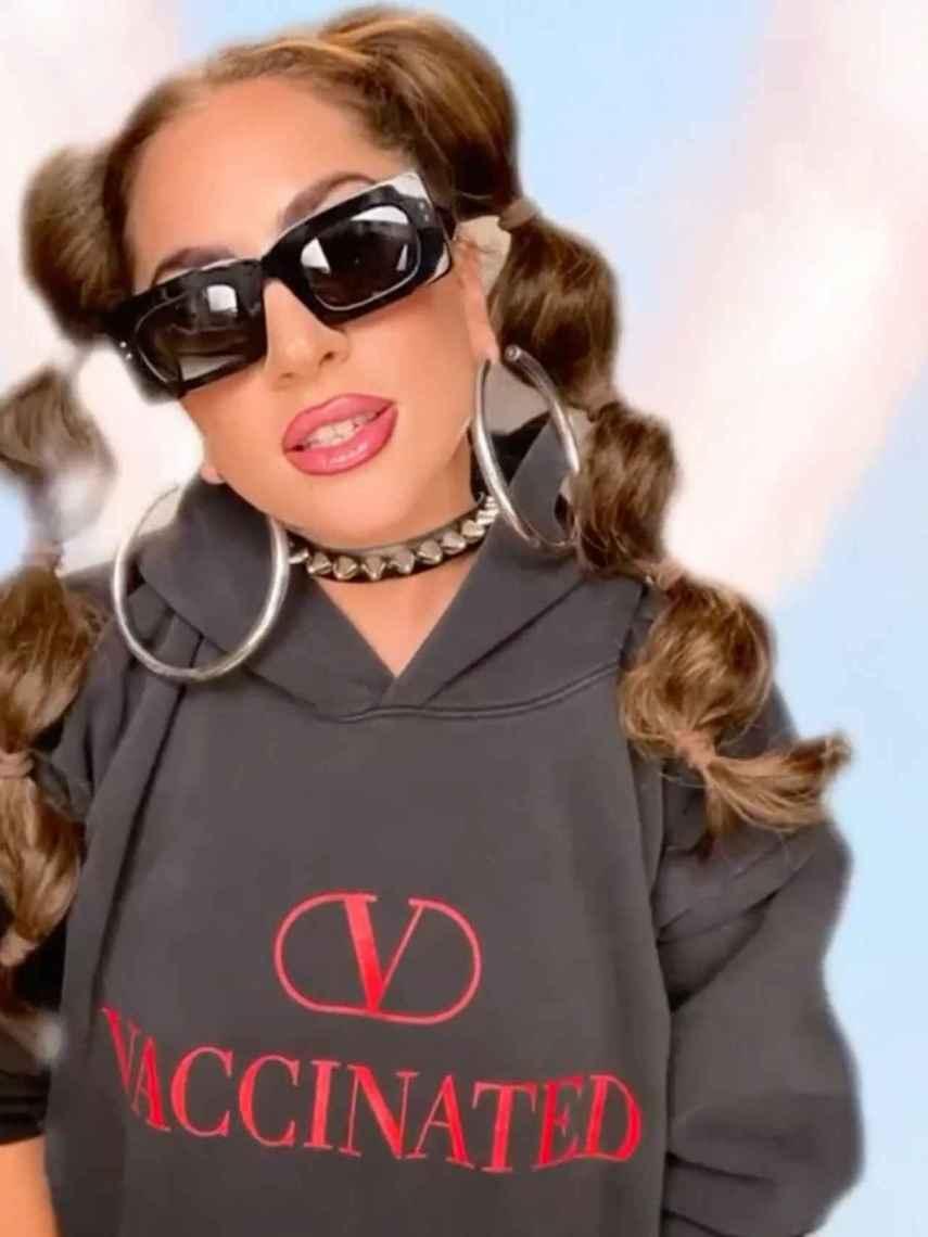 Lasy Gaga con la sudadera solidaria de Valentino.