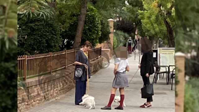 Verónica Forqué en un momento dado de su paseo por su barrio, saludando a una vecina y su hija.