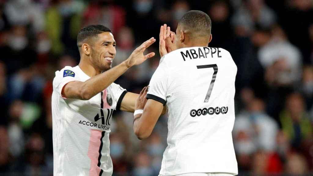 Achraf celebra un gol con Mbappé