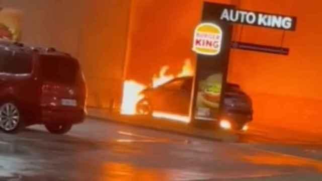 Impresionante video de un coche ardiendo a las puertas de un Burger King de Toledo