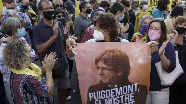 Independentistas catalanes se concentran, este viernes, ante el Consulado de Italia en Barcelona para exigir la puesta en libertad de Puigdemont.