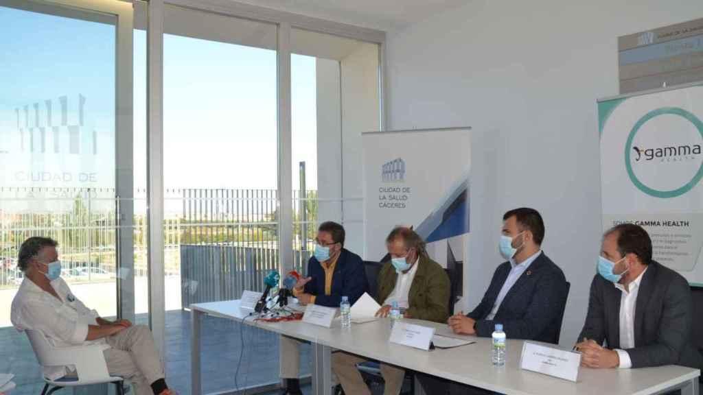 Representantes públicos y de la empresa, durante la presentación de la bioincubadora.