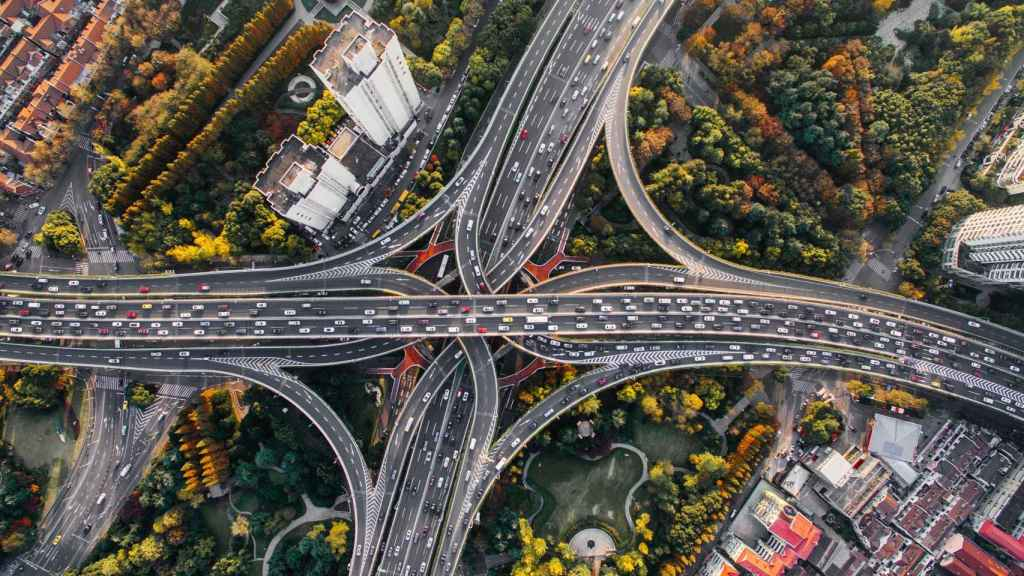 Los coches autónomos prometen más seguridad, mientras que la multimodalidad permitirá combinar los mejores medios de transporte hasta llegar a nuestro destino. Foto: Denys Nevozhai/Unsplash.