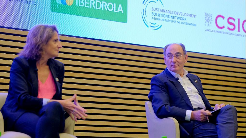 La vicepresidenta tercera, Teresa Ribera y el presidente de Iberdrola, Ignacio Galán.