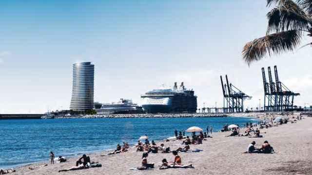 La torre del puerto de Málaga, vista desde la zona de La Malagueta.