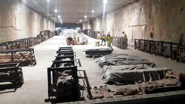 Acopio de los restos arqueológicos del Metro de Málaga antes de ser trasladados.