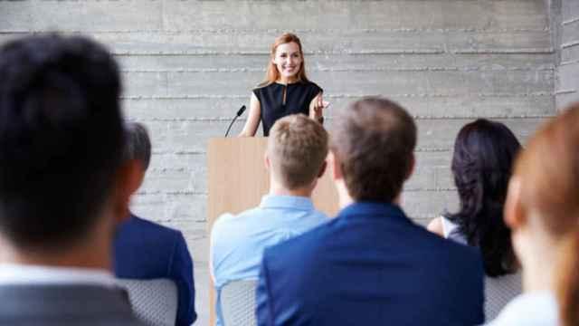 Mujer durante una ponencia en público.