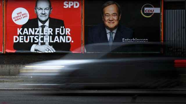 A la izquierda, un cartel electoral del socialdemócrata Olaf Scholz; a la derecha, otro del conservador Armin Laschet.