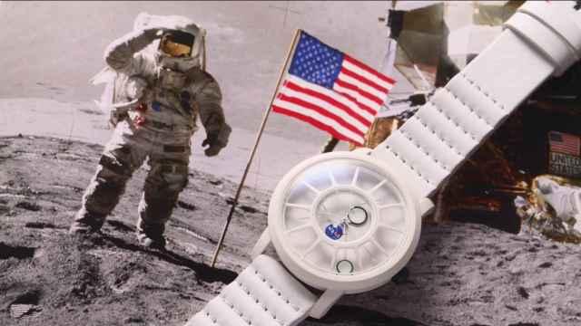 El reloj está hecho con rocas de meteorito.