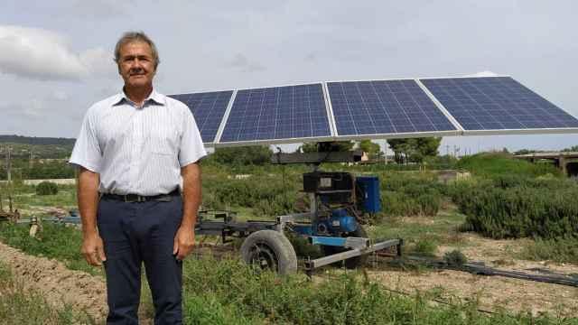 El agricultor Damià, junto a su invento.