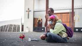 Libertad reza junto a su mejor amigo ante la iglesia de La Laguna a la Pachamama.