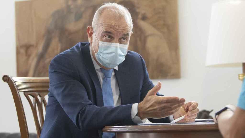 El presidente del Colegio de Médicos de Alicante durante la entrevista.