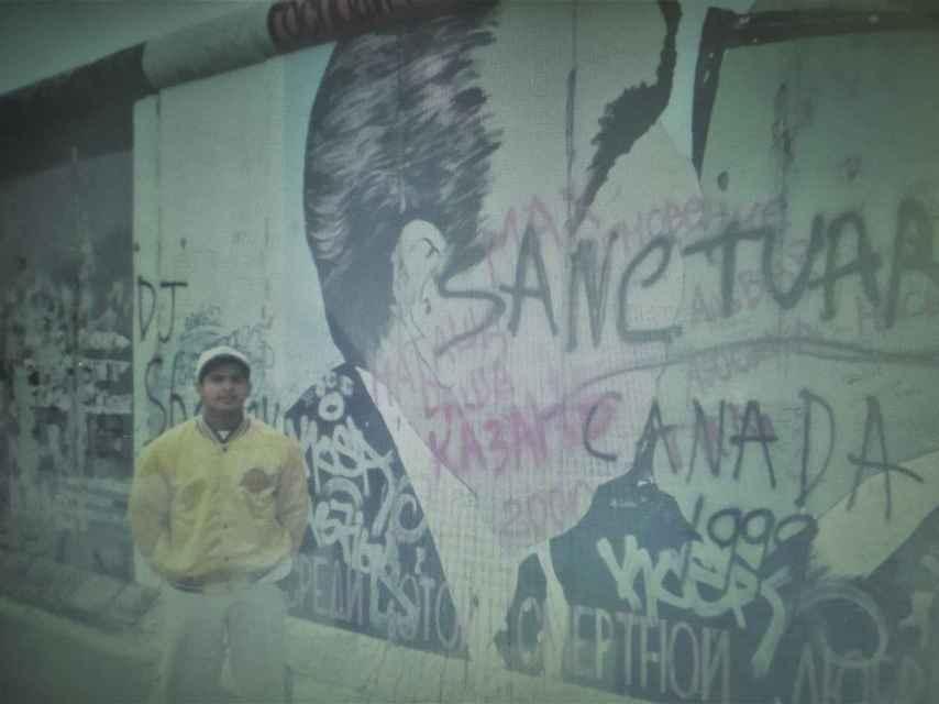 Oliver, en uno de sus muchos viajes de juventud, en el Muro de Berlín.