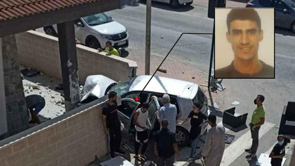 El Volkswagen Golf que conducía Abdellah se empotró contra la columna de una casa tras arrasar las terrazas de dos restaurantes en Roldán.
