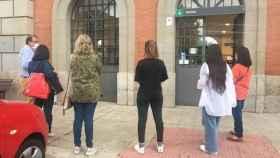 Un grupo de viajeros espera en Talavera la salida del tren hacia Madrid, con un considerable retraso en este punto de la línea