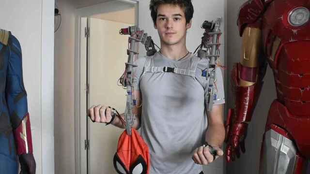 Tomás Castellanos prueba los brazos mecánicos que el mismo ha creado en su casa.