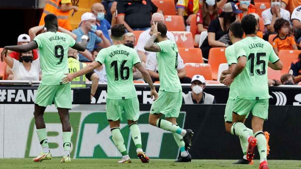 Los jugadores del Athletic celebran su gol ante el Valencia
