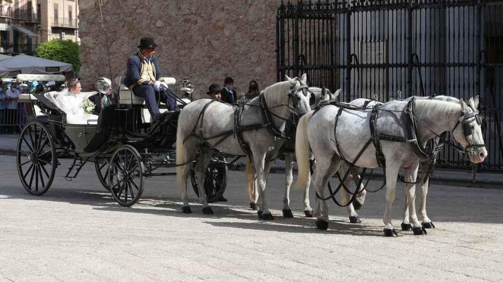 La novia, Lady Charlotte Lindesay-Bethune, ha llegado en un carruaje de caballos blancos.