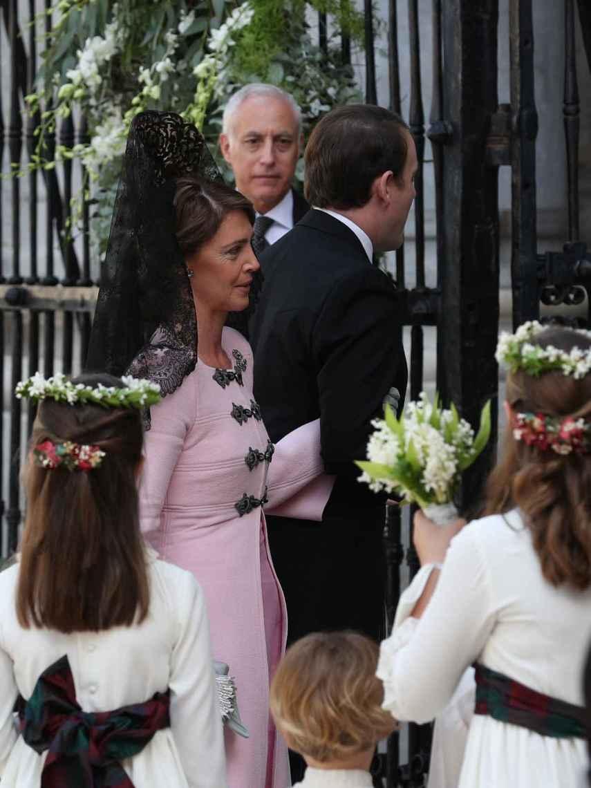 El novio, Jaime de Borbón-Dos Sicilias, ha entrado del brazo de su madre, Sofía Landaluce, vestida de rosa y con mantilla.