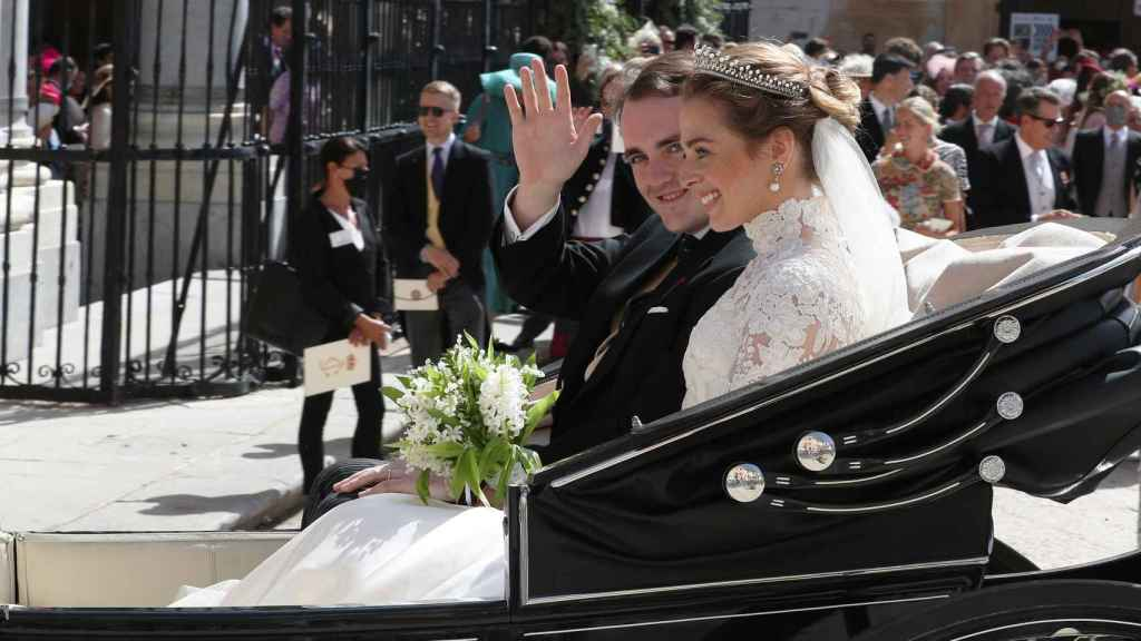 Los duques de Noto, ya como recién casados, saludan a los curiosos que rodeaban la catedral.