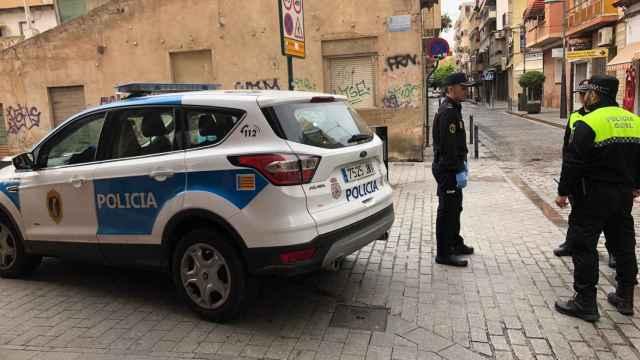 La Policía local de Sant Vicent ha detenido a un hombre por agredir en la calle a una mujer.