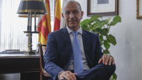 El nuevo presidente del Colegio de Médicos de Alicante, Hermann Schwarz, en su despacho.
