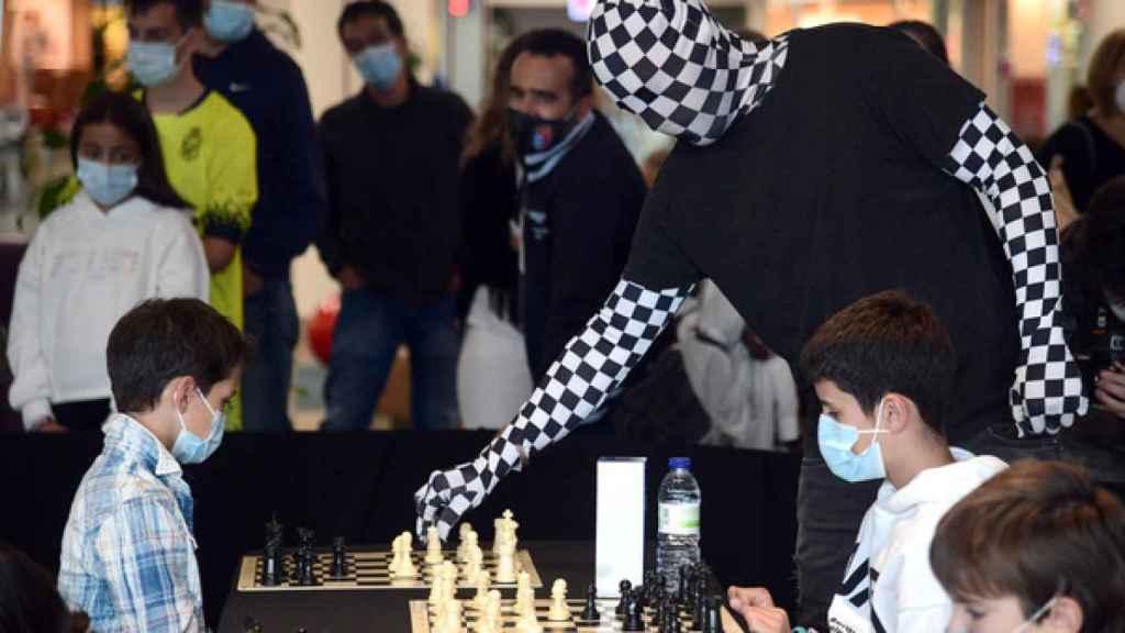 El Rey Enigma participa en una partida de ajedrez contra niños
