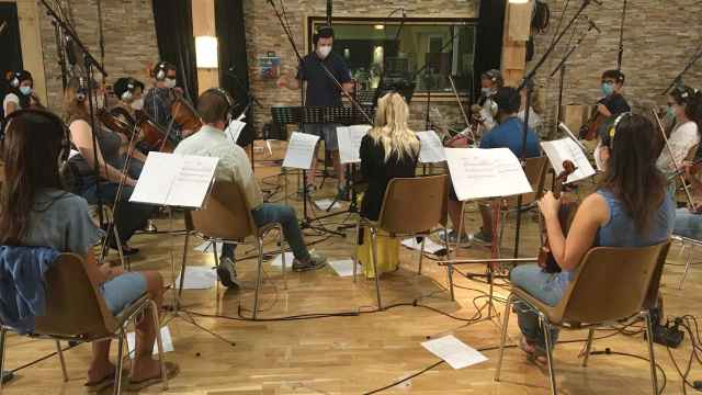 ICAL. El compositor Óscar Martín, responsable de la música de la película 'Claret' en un momento de la grabación