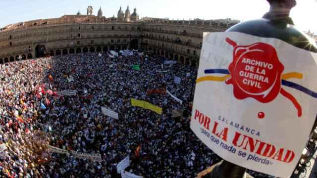 Multitudinaria manifestación en la Plaza Mayor de Salamanca en el año 2005 en defensa de la unidad del Archivo de la Guerra Civil