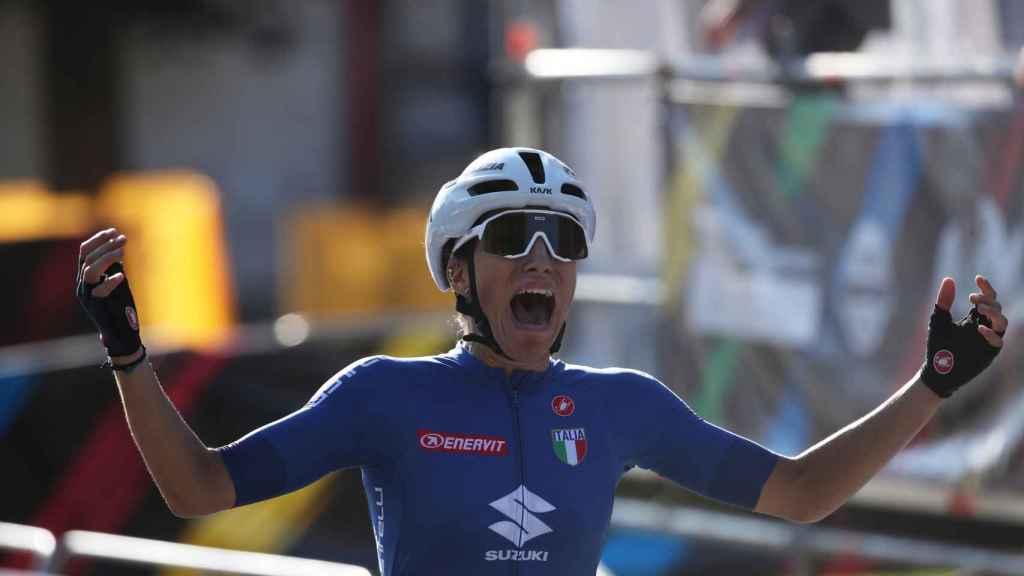 Elisa Balsamo celebra su triunfo en el Mundial de ciclismo 2021
