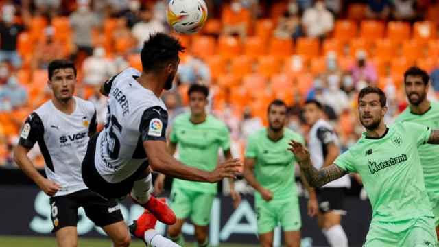 Omar Alderete remata un saque de esquina en el Valencia - Athletic