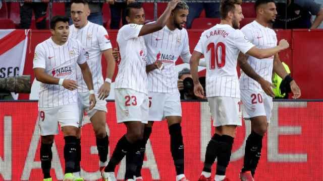 Los jugadores del Sevilla celebran el gol frente al Espanyol