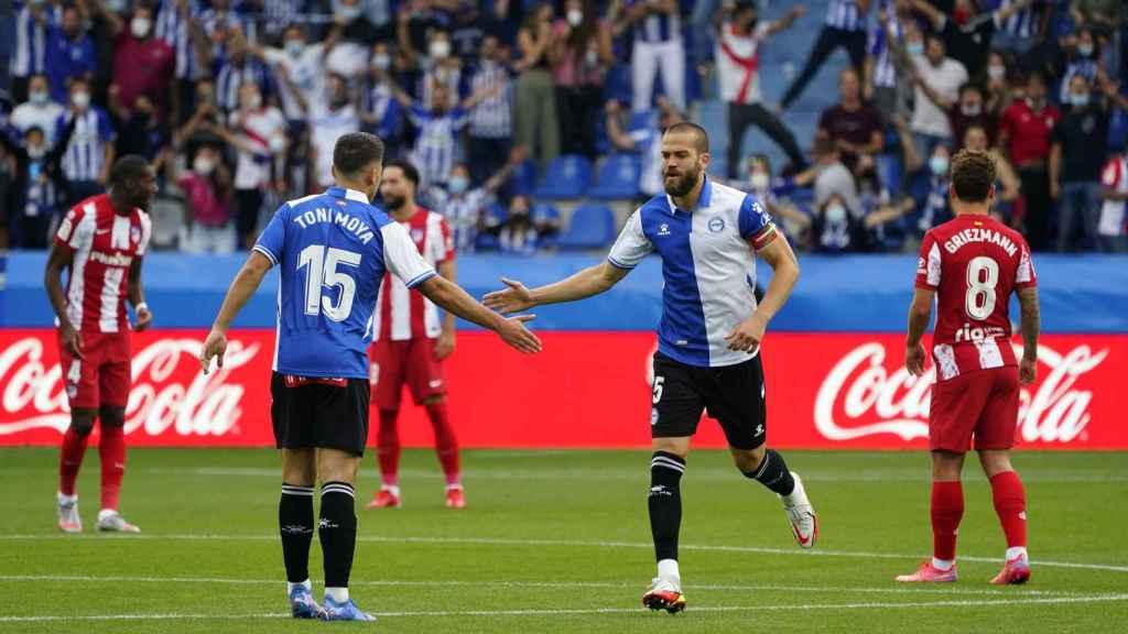 Víctor Laguardia celebra su primer gol con el Alavés con Toni Moya