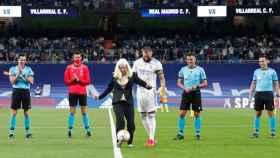 Susana Rodríguez hace el saque de honor del Real Madrid - Villarreal