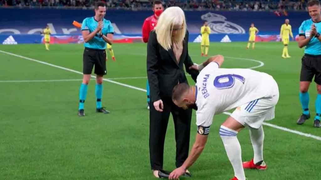 Saque de honor de Susana Rodríguez en el Santiago Bernabéu antes del Real Madrid - Villarreal