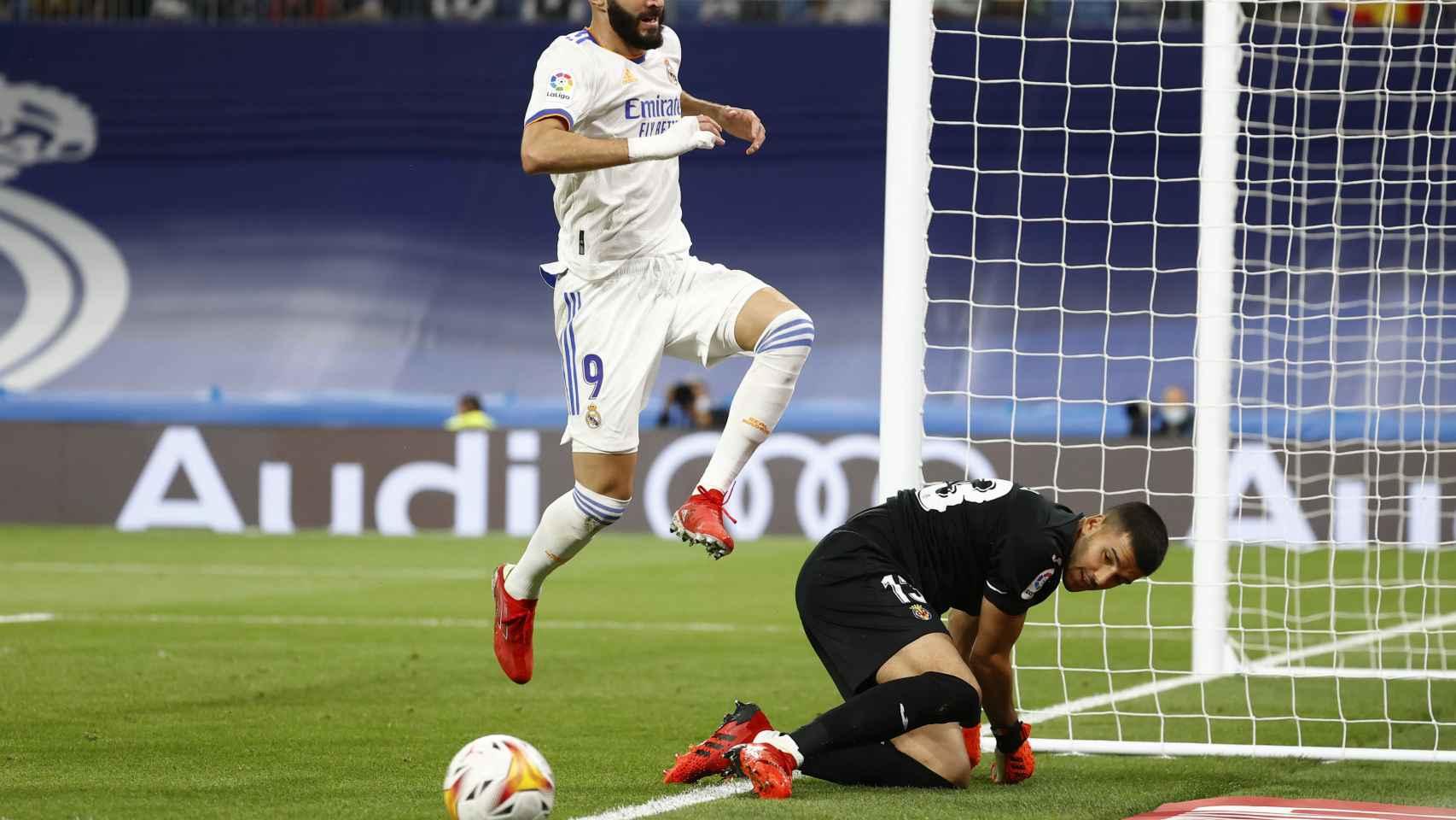 Karim Benzema tras una ocasión parada por Gerónimo Rulli