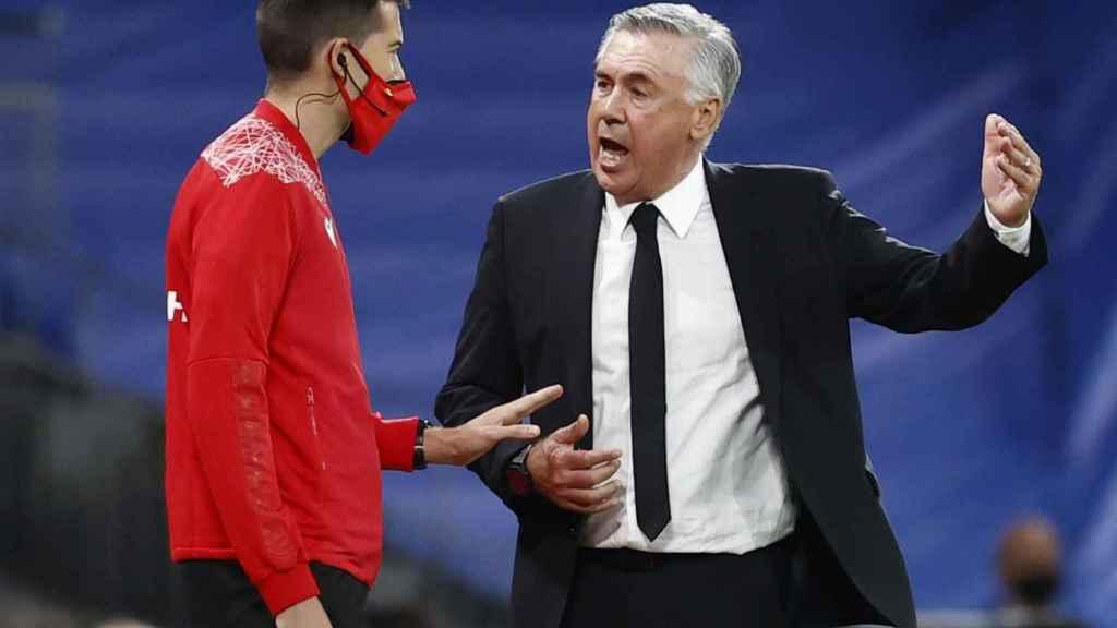 Carlo Ancelotti protesta al cuarto árbitro por un penalti no pitado a Nacho