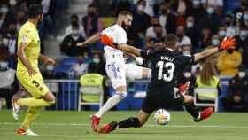 Karim Benzema golpea al balón frente a Gerónimo Rulli