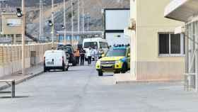 Un minibús en la frontera de Tarajal traslada a menores marroquíes para su repatriación.