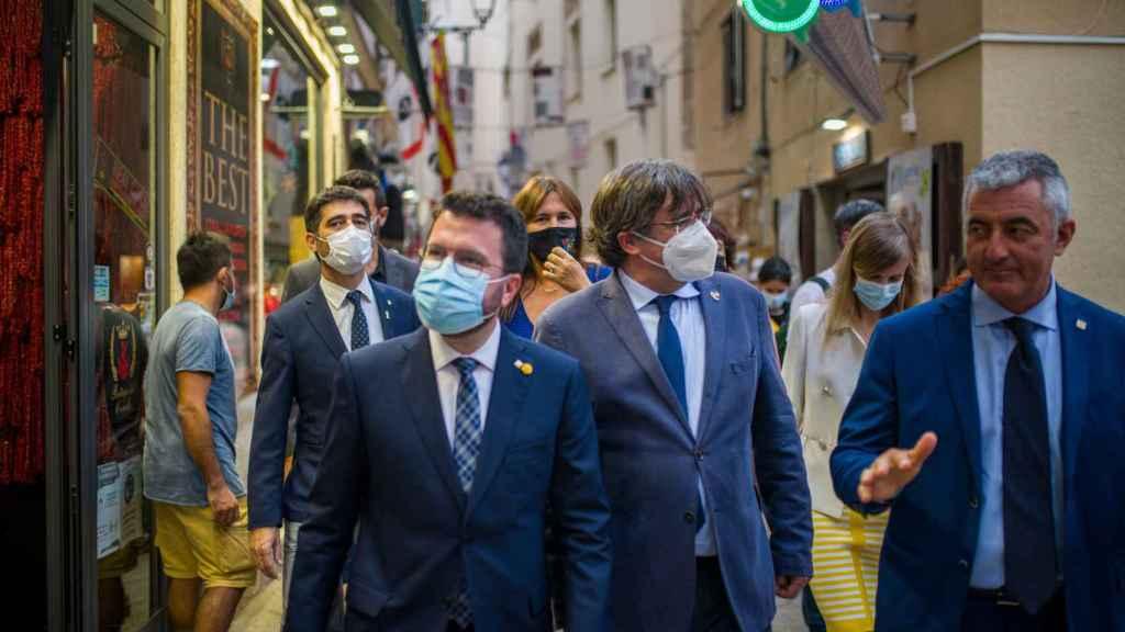 Aragonés y Puigdemont junto al alcalde de Alguer, Mario Conoci. A sus espaldas, el vicepresidente de la Generalitat, Jordi Puigneró; la presidenta del Parlament, Laura Borràs; y la consellera de Acción Exterior, Victoria Alsina.