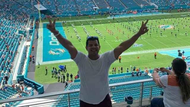 Oliver disfrutando de un partido de fútbol americano en el estadio de los Miami Dolphins.