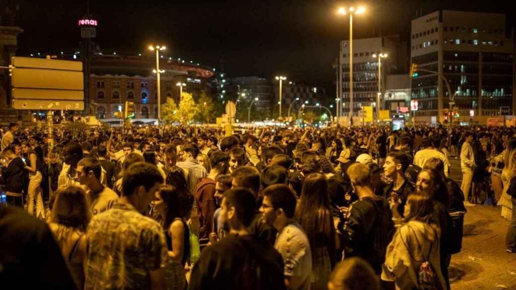 Grupos de personas se concentran en la vía pública durante el primer día de las fiestas de la Mercè  (Barcelona).
