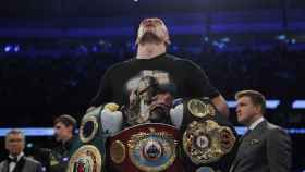 Oleksandr Usyk, con sus cinturones tras la pelea contra Anthony Joshua
