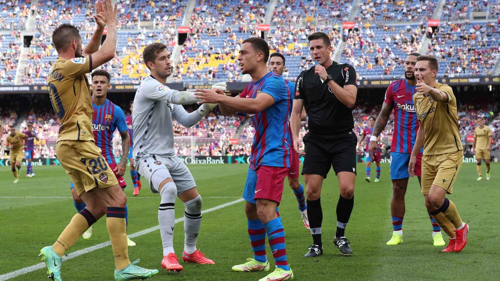 La protesta entre jugadores del Barça y del Levante