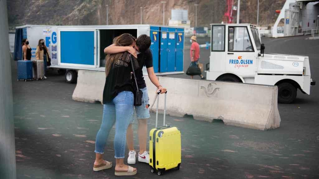 David se despide efusivamente de su hermana Ariana antes de irse a estudiar a Gran Canaria.