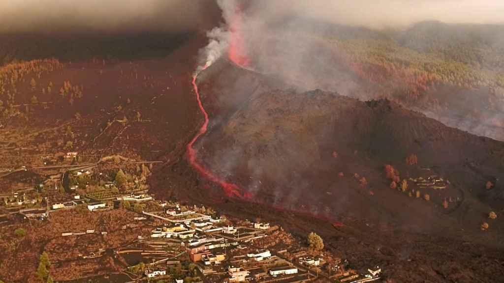 Los ríos de lava descienden hacia Todoque. Imagen realizada por un dron.