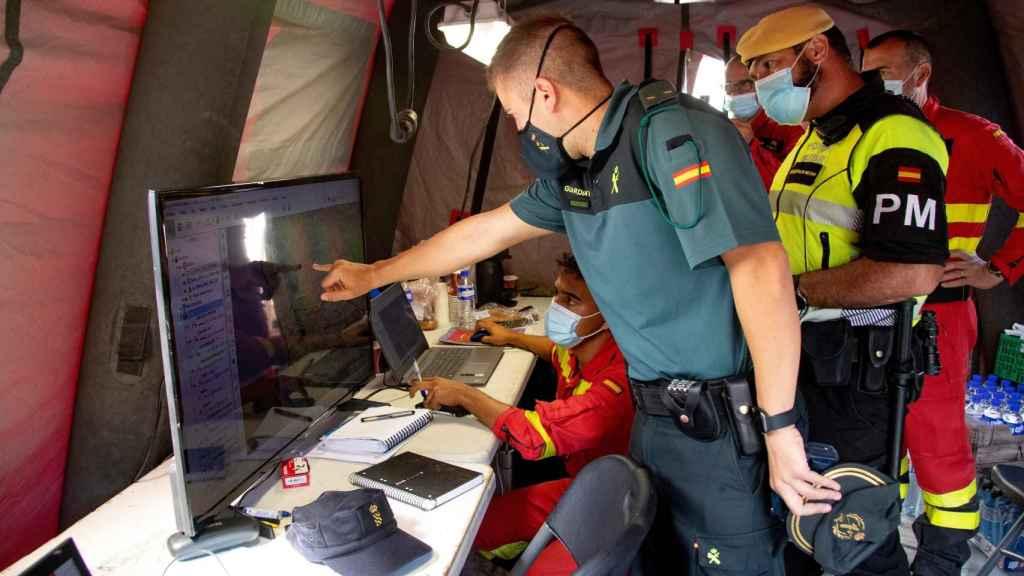 Efectivos de la UME en un centro de control en La Palma.