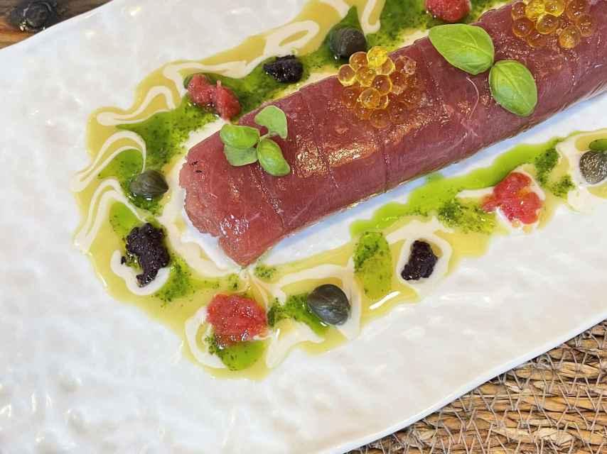 Canelón de atún con sabores mediterráneos