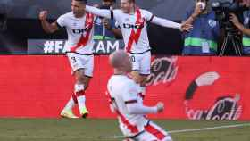 Los jugadores del Rayo Vallecano celebran un gol