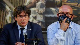 El expresidente de la Generalitat de Cataluña, Carles Puigdemont, junto a su abogado, Gonzalo Boye.
